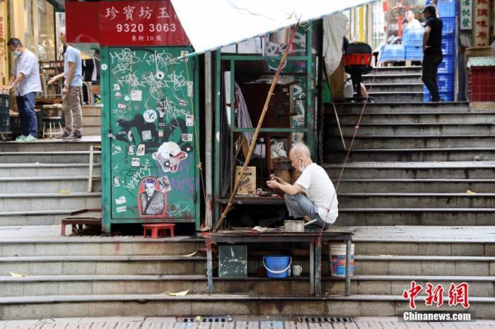 5月22日,香港中环东街的一些特色的老字号摊档如常营业。近日,随着疫情逐渐缓解,市民纷纷走出户外消费和休闲度假。 中新社记者 洪帆 摄