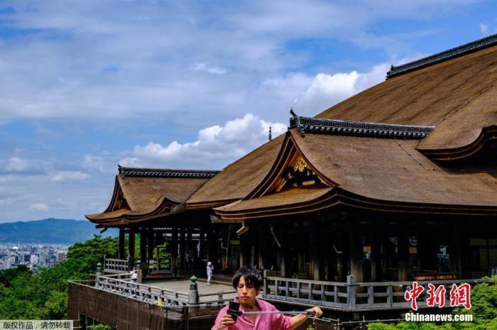 当地时间5月22日,位于日本京都的清水寺迎来游客。1994年,清水寺被联合国科教文组织列入世界文化遗产名录。5月21日,日本首相安倍晋三宣布解除关西地区大阪府、京都府和兵库县三地的紧急状态。