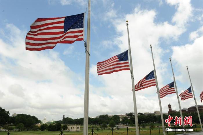 当地时间5月22日,位于美国加利福尼亚州圣马特奥县的加州教师协会门前,美国国旗和加州州旗均被降到旗杆一半的位置。美国自22日起降半旗三天,向新冠肺炎逝者致哀。 /p中新社记者 刘关关 摄