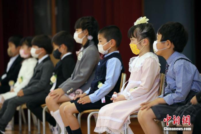 资料图:疫情下的日本小学。
