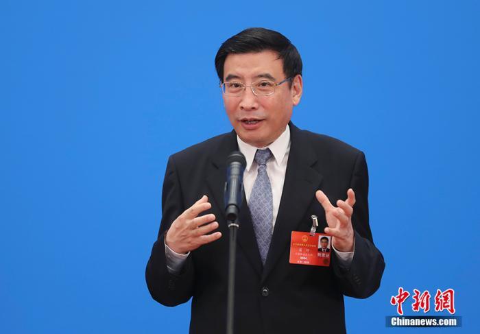 图为工业和信息化部部长苗圩通过网络视频方式接受采访。 记者 杜洋 摄