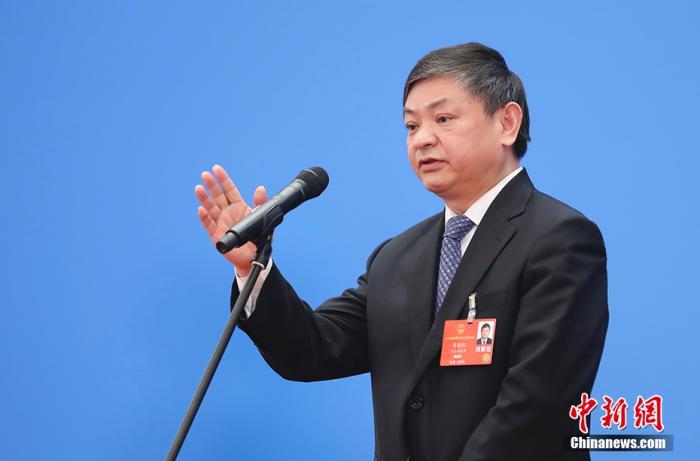 """5月25日yC,第十三届全国人民代表大会第三次会议在北京人民大会堂举行第二场y""""部长通道XlBEER""""采访活动OQ。图为生态环境部部长黄润秋通过网络视频方式接受采访WetE。 <a target='_blank' href='http://www.chinanews.com/'>中新社</a>记者 杜洋 摄"""