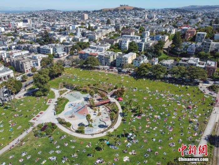 当地时间5月24日,美国迎来将士阵亡纪念日长周末,旧金山市民在多洛雷斯公园的草坪上享受加州阳光。很多美国人选择在户外庆祝这个长周末,公共卫生官员担忧,大型聚会可能导致疫情再次暴发。 中新社记者 刘关关 摄