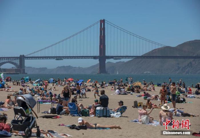 当地时间5月25日,美国旧金山市民在金门大桥附近的海滩纳凉。当天正值美国将士阵亡纪念日,旧金山最高温度超过32摄氏度,打破1951年的同日纪录。 <a target='_blank' href='http://www-chinanews-com.hhhhhw.cn/'>中新社</a>记者 刘关关 摄