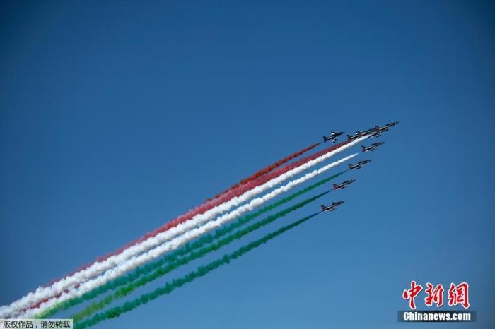 """当地时间5月25日,意大利空军""""三色箭""""特技飞行队飞越都灵上空,庆祝即将到来的""""共和国日""""。图为特技飞行队飞过都灵上空。"""