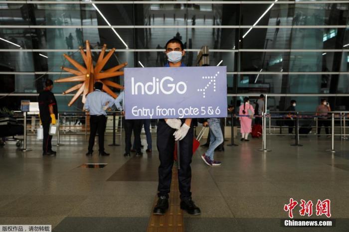 图为印度新德里英迪拉·甘地国际机场的工作人员。印度政府允许国内航线自5月25日起恢复。