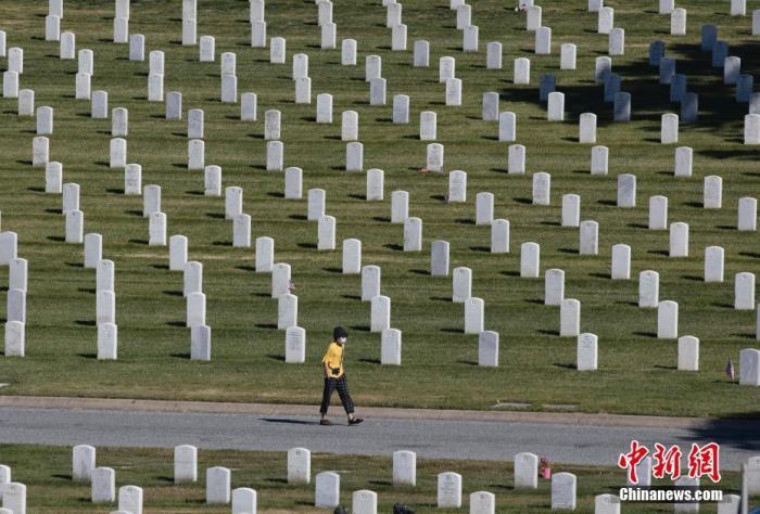 当地时间5月25日,正值美国将士阵亡纪念日,因为很多纪念活动以虚拟的方式举行,美国各地的国家公墓也比往年的同一天安静了许多。图为一位市民在位于旧金山湾区的金门国家公墓行走。 中新社记者 刘关关 摄