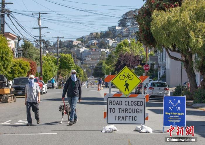 """当地时间5月24日,美国旧金山桑切斯路仅对自行车以及行人开放。在""""慢街道""""计划实施之后,旧金山又关闭了更多街道的汽车通行权,以保障市民有更多的空间保持""""社交距离""""。<a target='_blank' href='http://www.chinanews.com/'>中新社</a>记者 刘关关 摄"""