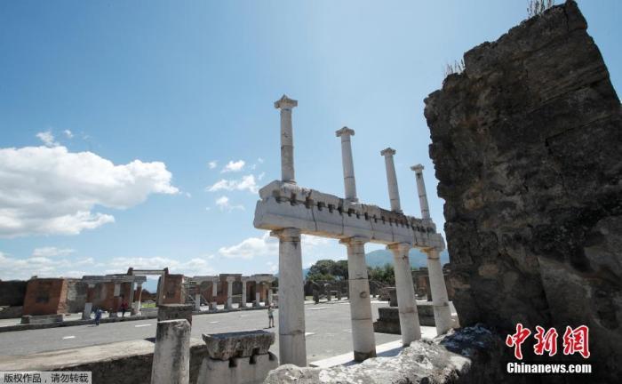 """当地时间5月26日,游客在意大利庞贝古城遗址内参观游览。继不勒斯附近的帕埃斯图姆遗址率先开放后,意大利逐步""""解封""""历史遗迹。"""