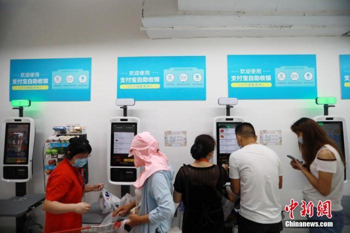 资料图:市民正在利用手机支付购物。王方 摄