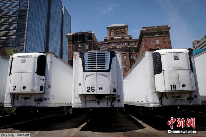 图为在曼哈顿贝尔维尤医院附近,冷藏卡车临时存放新冠肺炎死亡患者遗体。