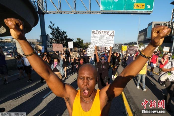 资料图:当地时间5月27日,美国洛杉矶举行抗议活动。