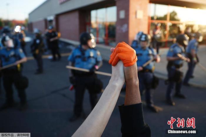 美明尼阿波利斯市宣布宵禁 数百人聚集在白宫外示威图片