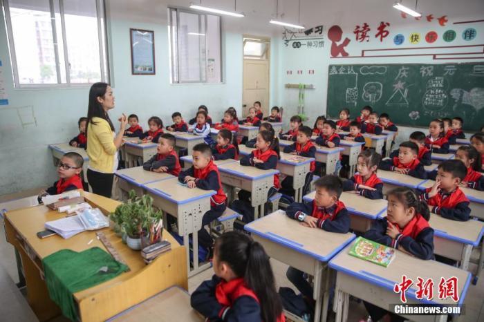 资料图:小学生在课堂上认真听讲。中新社记者 瞿宏伦 摄