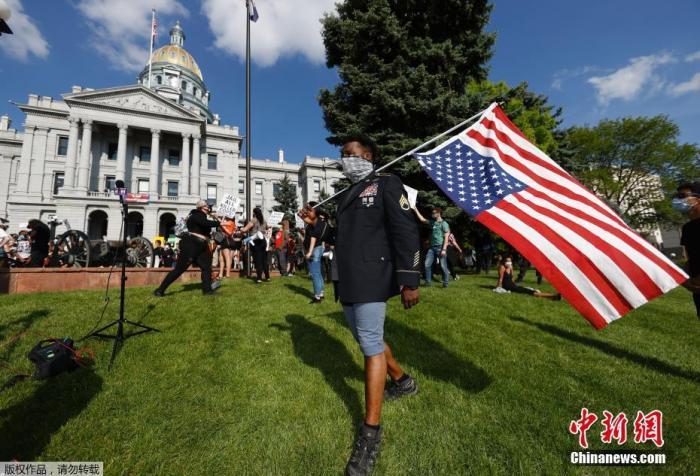 当地时间5月28日,美国科罗拉多州,近千名抗议者在丹佛州议会大厦聚集,举行抗议活动。