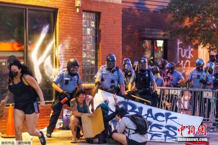 抗议者占领美明尼阿波利斯市警局 当局忧或发生爆炸图片