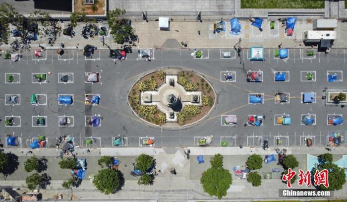 """近期,美国旧金山在市政厅对面建起一个无家可归者营地,并在营地中画出数十个方框,确保无家可归者保持""""社交距离""""。图为5月28日航拍该处无家可归者营地。 中新社记者 刘关关 摄"""
