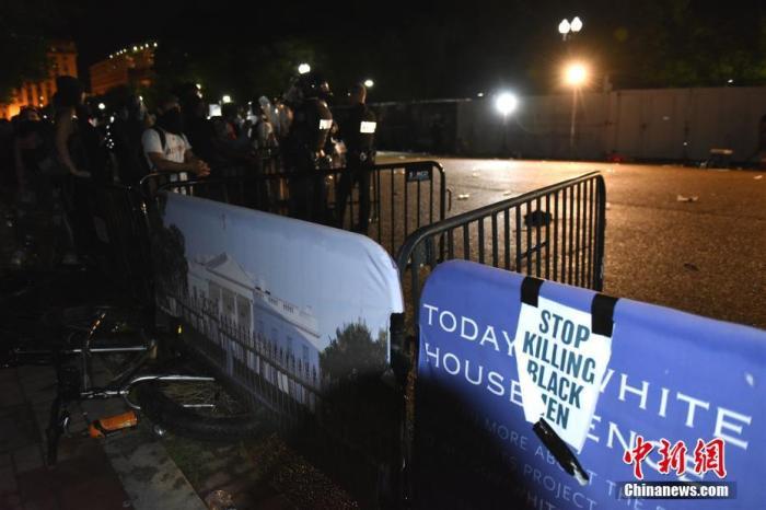 当地时间5月29日傍晚至次日凌晨3时30分许,数百名示威者聚集在白宫门前,抗议明尼苏达州非裔男子乔治·佛洛依德遭警察暴力执法致死。 中新社记者 陈孟统 摄