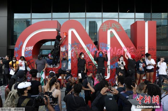 砸碎玻璃、破坏警车,美国示威者袭击CNN总部图片