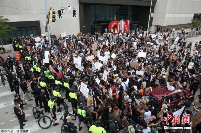美警察暴力执法致至少20城爆发示威 数百抗议者被捕图片