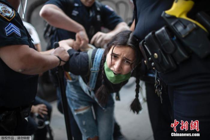 俄记者遭美警察催泪瓦斯袭击 俄外交部:不可接受