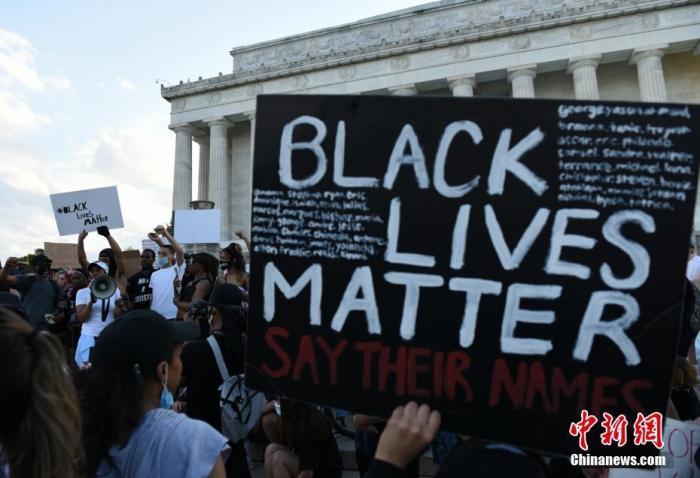 当地时间5月30日,反种族歧视抗议活动继续在美国首都华盛顿进行。美国明州非裔男子乔治·弗洛伊德遭暴力执法死亡事件持续发酵。<em></em> 中新社记者 陈孟统 摄