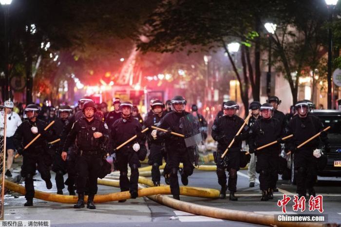 当地时间5月30日,美国费城的抗议活动中,警察走上街头维护治安。