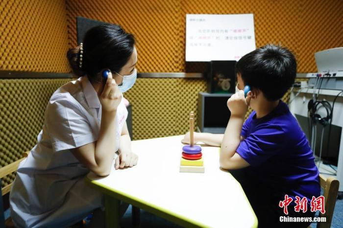 资料图:儿童在活动中体验游戏测听项目。 中新社记者 杜洋 摄
