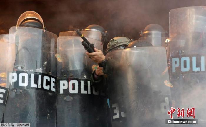当地时间5月30日,美国迈阿密警察局附近的示威运动中,别名警察向示威者发射橡皮子弹。