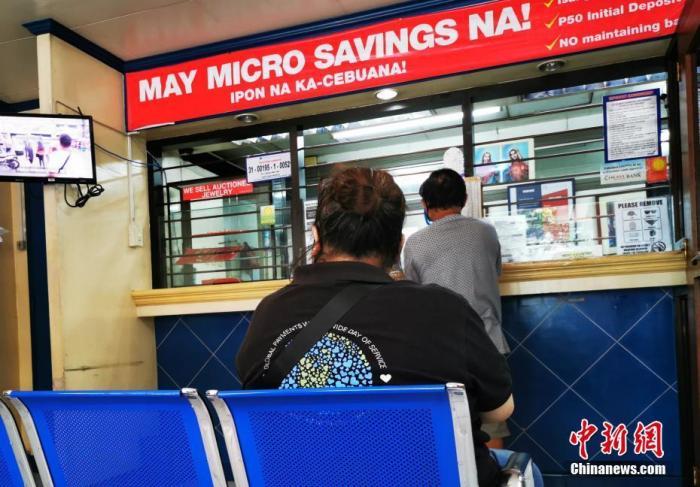 """5月30日,菲律宾首都马尼拉""""解封""""倒计时第二天,CBD马卡蒂绿带商圈有序复活,人们对""""隔""""和""""离""""新规则已经习惯。 <a target='_blank' href='http://www.chinanews.com/'>中新社</a>记者 关向东 摄"""