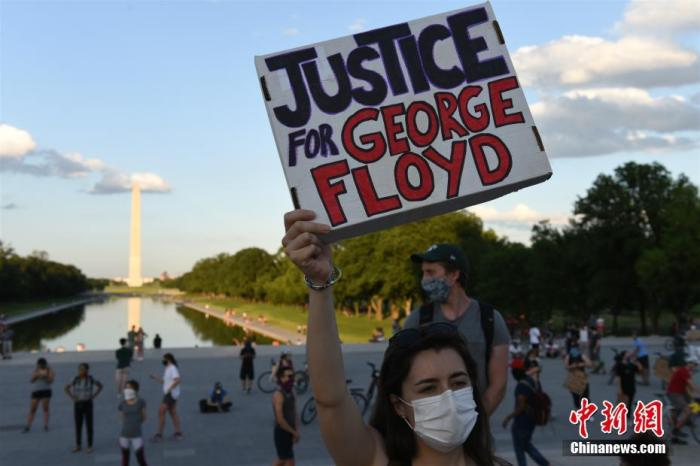 当地时间5月30日,反种族歧视抗议活动继续在美国首都华盛顿进行。美国明州非裔男子乔治·弗洛伊德遭暴力执法死亡事件持续发酵。 中新社记者 陈孟统 摄