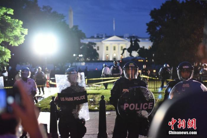 当地时间5月30日,反种族歧视抗议活动继续在美国首都华盛顿进行。美国明州非裔男子乔治·弗洛伊德遭暴力执法死亡事件持续发酵。图为警察在白宫北侧的拉斐特公园内严阵以待。 中新社记者 陈孟统 摄