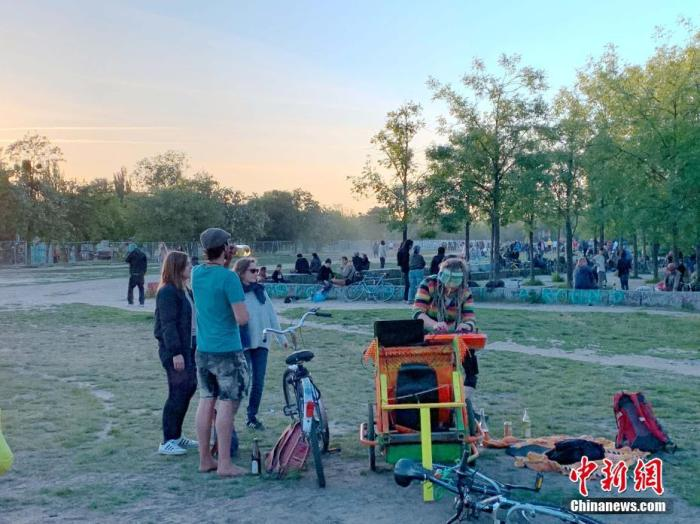 """當地時間5月31日,年輕人在德國柏林的柏林墻公園游玩。正在逐步""""解封""""中的德國迎來圣靈降臨節,人們紛紛來到戶外享受好天氣。 <a target='_blank' href='http://www.993713.live/'>中新社</a>記者 彭大偉 攝"""