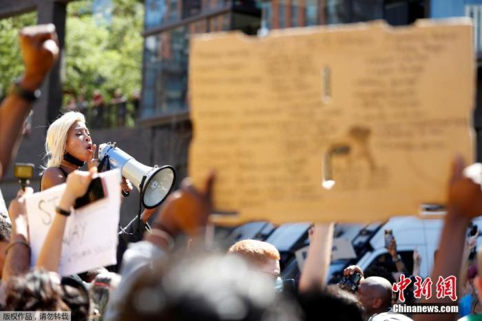 當地時間5月31日,英國倫敦,民眾聚集在美國駐英大使館外進行抗議活動。