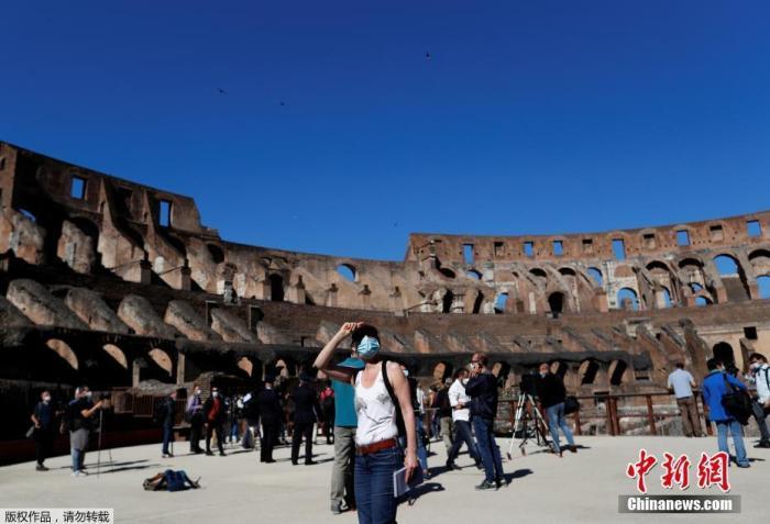 6月1日,意大利首都罗马,罗马斗兽场重新开放。出于防疫原因,参观者在入场时被要求戴上口罩、测量体温并进行手部消毒。