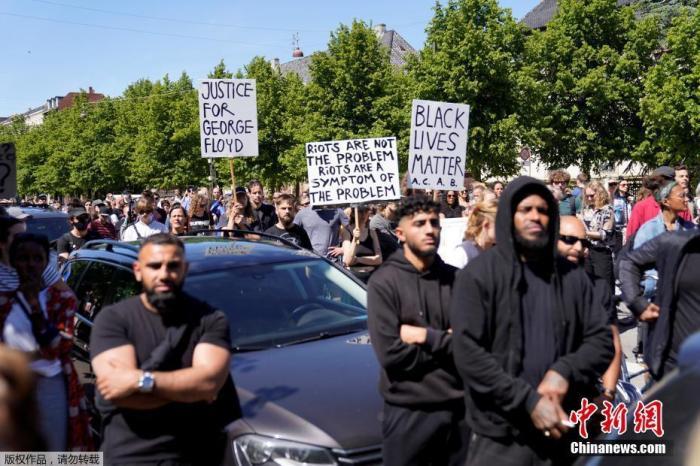 当地时间5月31日,丹麦哥本哈根,抗议者聚集在美国驻丹麦大使馆外举行抗议示威活动。