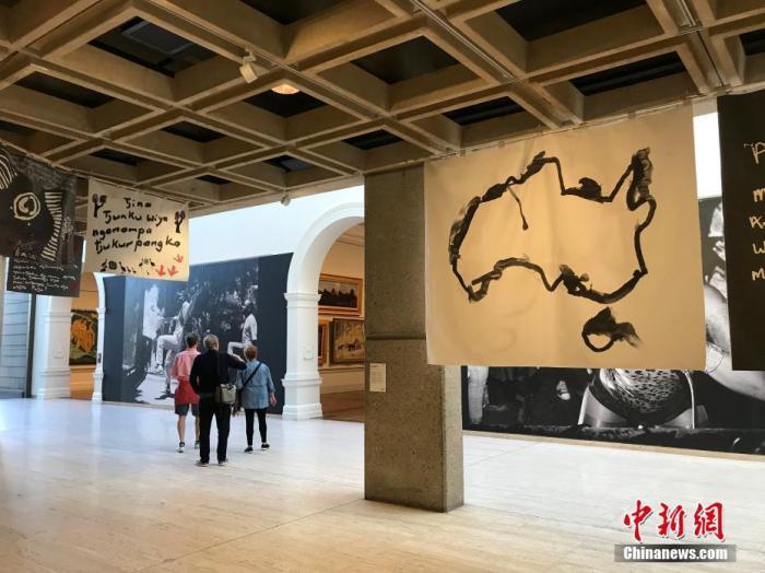 """当地时间6月1日,澳大利亚多州进一步扩大""""解封"""",观众在当天重新开放的悉尼新南威尔士州美术馆参观。 中新社记者 陶社兰 摄"""