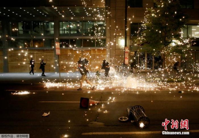 当地时间5月31日,美国华盛顿的一场抗议示威活动中,在警察的驱赶下,抗议者四散奔逃。