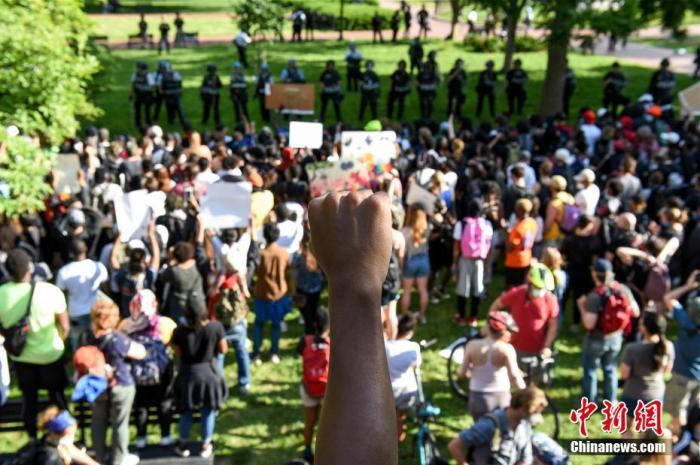 資料圖:2020年6月,美國爆發反對種族歧視的示威。圖為白宮北側拉斐特公園內的抗議者。<a target='_blank' href='http://www.eraasgroup.com/'>中新社</a>記者 陳孟統 攝