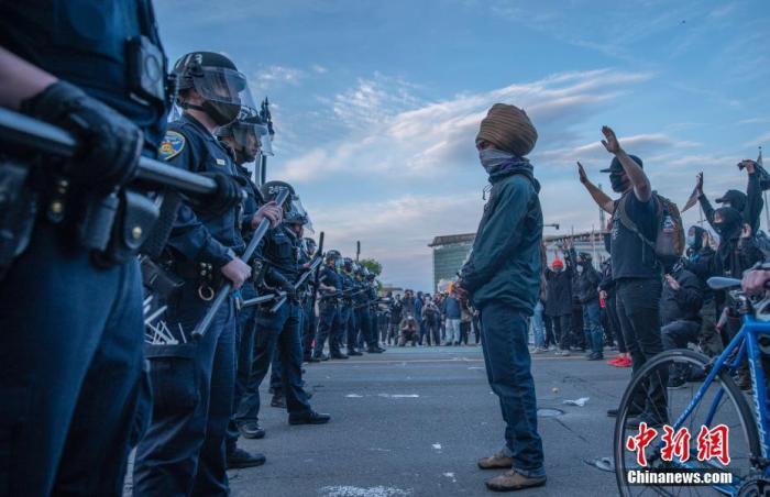部分抗议者仍然在旧金山市政厅前抗议。中新社记者 刘关关 摄