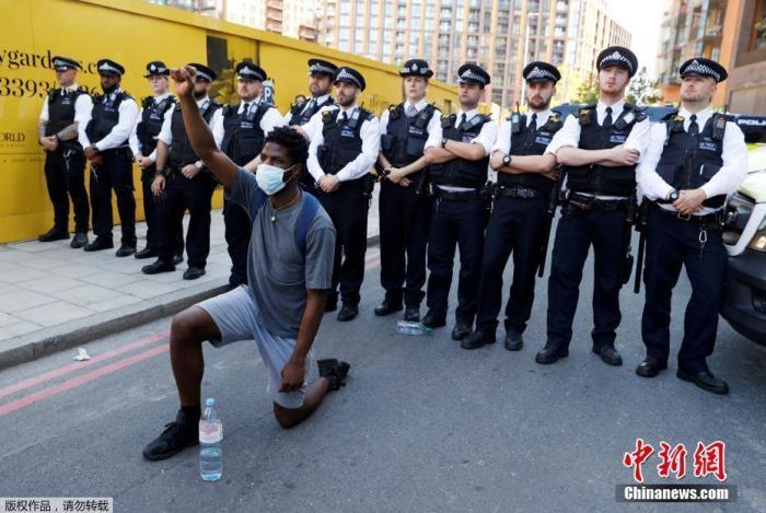 5月31日,英国伦敦的美国大使馆左近,一名抗议者在请愿运动中单膝跪地。