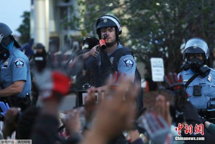 当地时间5月31日,美国明尼苏达州明尼阿波利斯市,警察与抗议示威人群对峙。