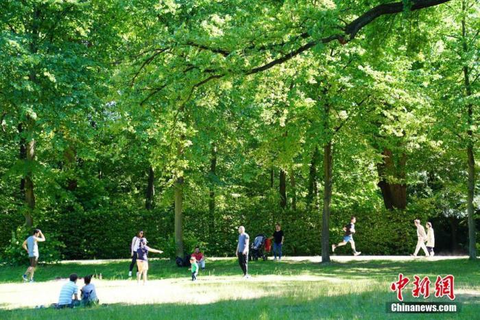 """當地時間5月31日,人們在德國柏林夏洛騰堡宮內的花園中休憩。正在逐步""""解封""""中的德國迎來圣靈降臨節,人們紛紛來到戶外享受好天氣。 <a target='_blank' href='http://www.993713.live/'>中新社</a>記者 彭大偉 攝"""