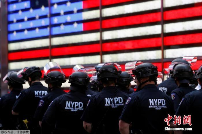 当地时间6月1日,美国纽约曼哈顿时代广场,警察在示威活动上警戒。