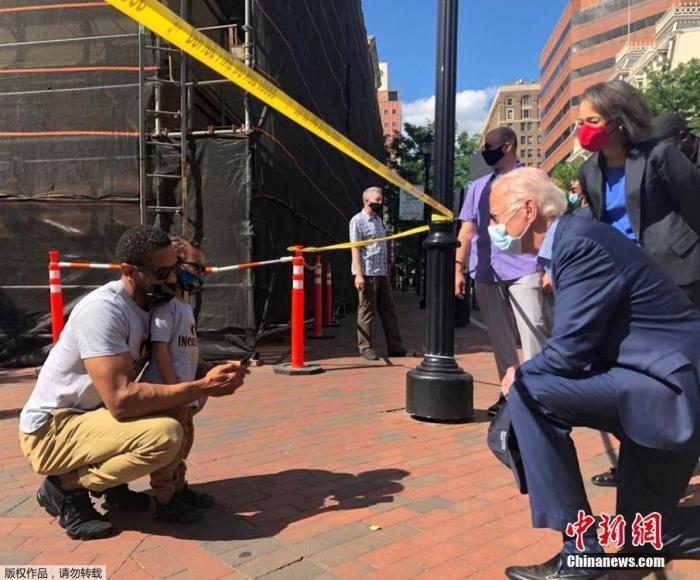 """当地时间5月31日,美国民主党总统候选人、前副总统乔·拜登在特拉华州前往了一个曾爆发了抗议示威活动的现场,单膝跪地与一名民众交谈,拜登称美国正""""处于痛苦之中""""。"""