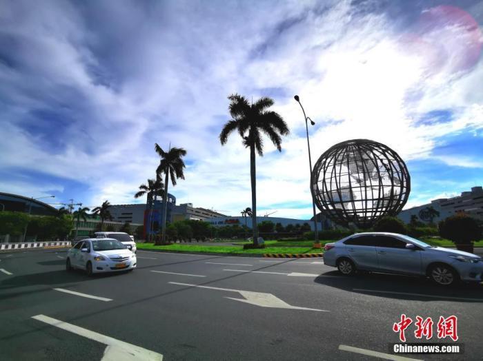 图为在菲律宾马尼拉湾畔菲律宾最大的商场SM OF ASIA前广场,记者拍到首日运营的出租车。 <a target='_blank' href='http://www.chinanews.com/'>中新社</a>记者 关向东 摄