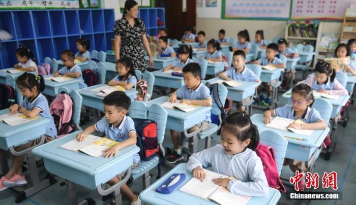 资料图:学生正在上课。中新社记者 张勇 摄