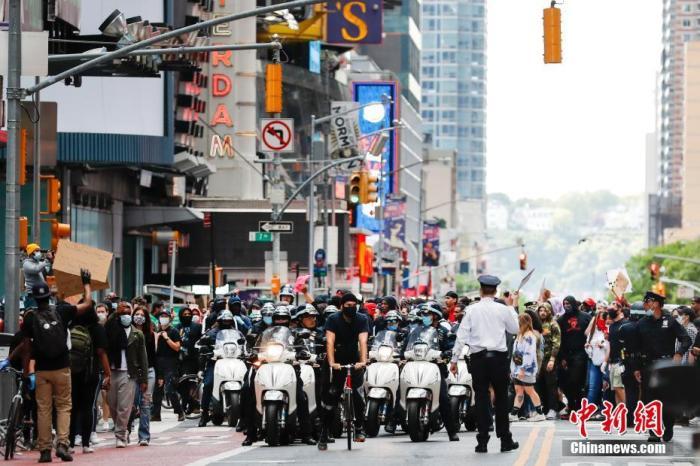 当地时间6月1日,民众在美国纽约街道游行抗议警察暴力执法,现场警察严密管控。