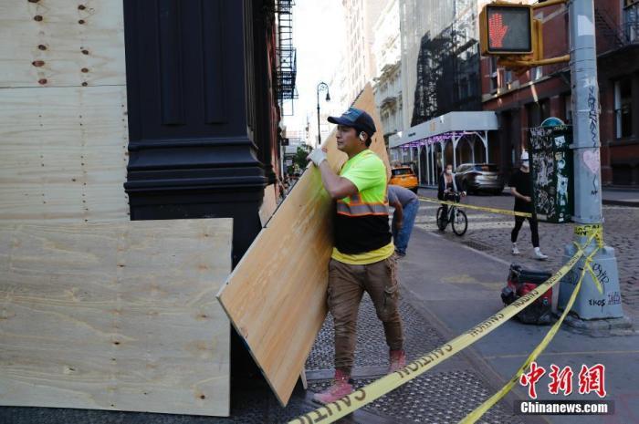 当地时间6月1日,纽约苏荷区的商家纷纷加装木板紧锁门户以防示威中的暴力。lt;a target='_blank' href='http://www.chinanews.com/'gt;郑州资讯lt;/agt;记者 廖攀 摄