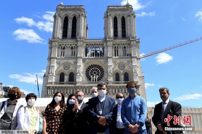 当地时间5月31日,随着法国逐步放松封锁措施,去年遭遇大火的巴黎圣母院的广场正式重新对外开放。当天,重新开放的广场吸引了不少民众前往。